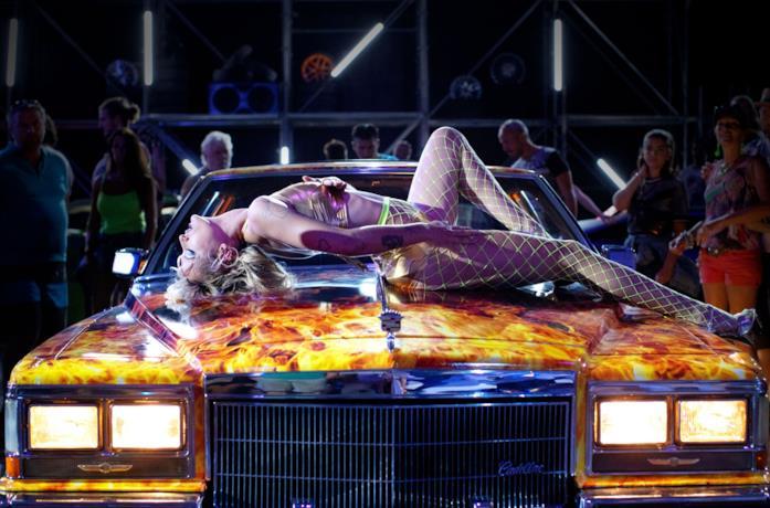 Alexia balla sul cofano della Cadillac