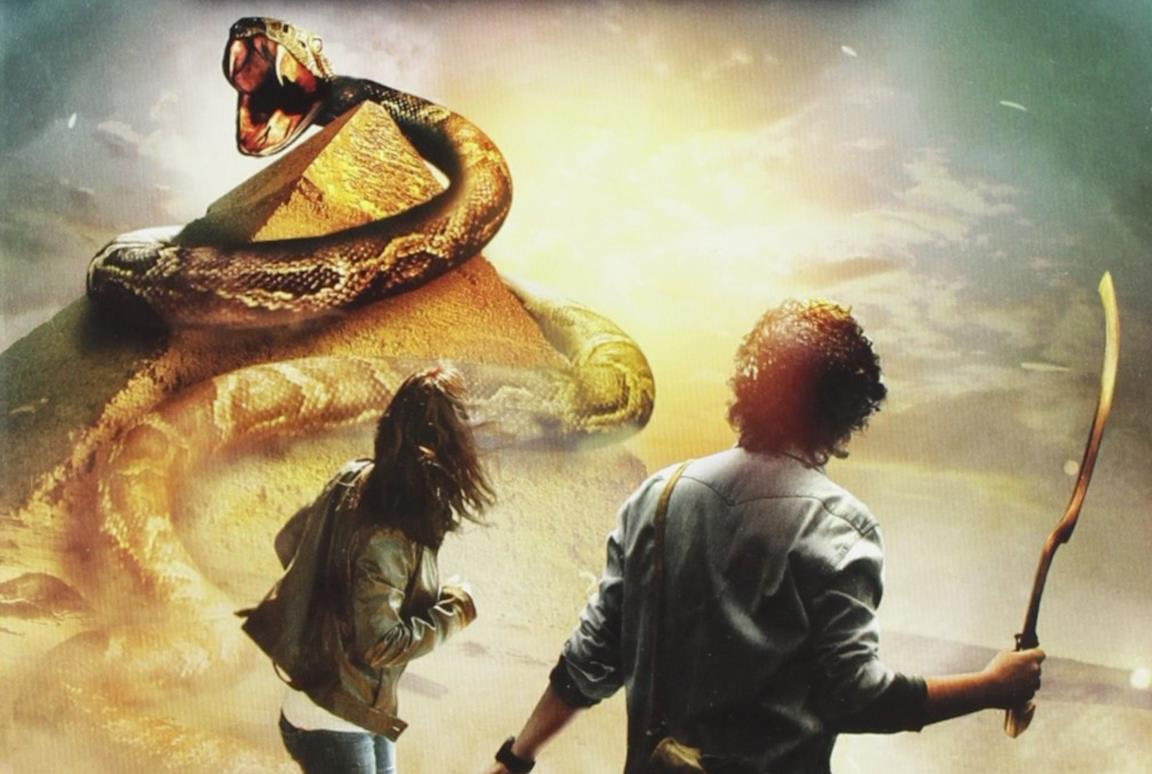 Sadie e Carter di spalle, affrontano un serpente