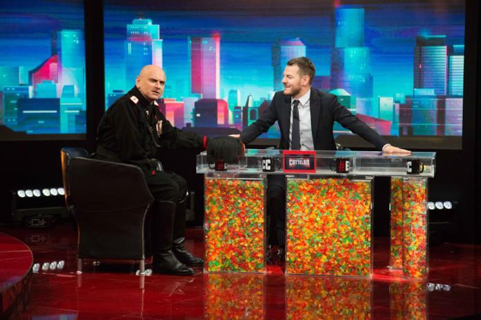Alessandro Cattelan in un salotto TV con Mussolini