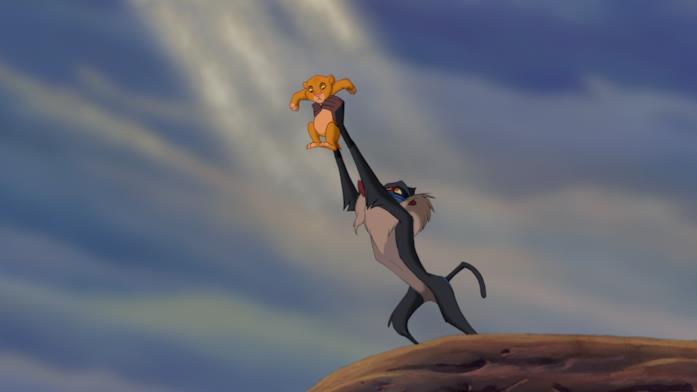 Rafiki alza Simba al cielo nella scena Il cerchio della vita