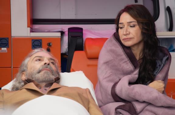 Haluk Bilginer e Demet Akbag in una scena del film 9 vite come Leyla