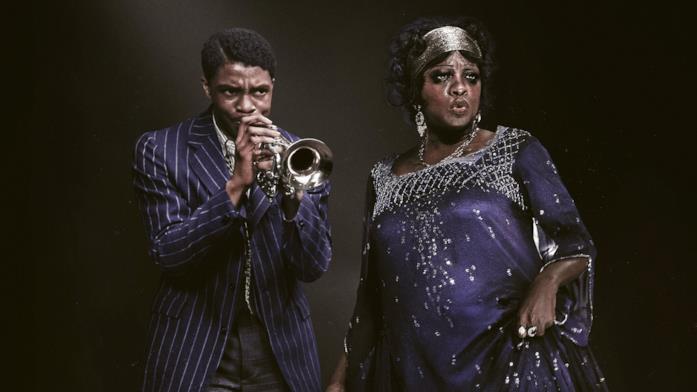 Su fondo nero, Levee (Chadwick Boseman) suona la tromba mentre Ma Rainey (Viola Davis) canta.
