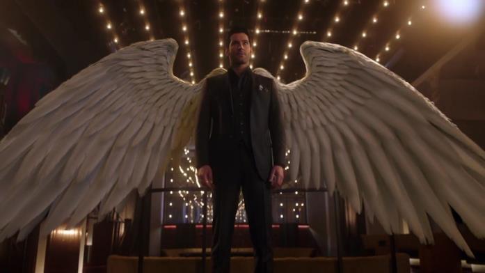Tom Ellis apre le ali in una scena di Lucifer
