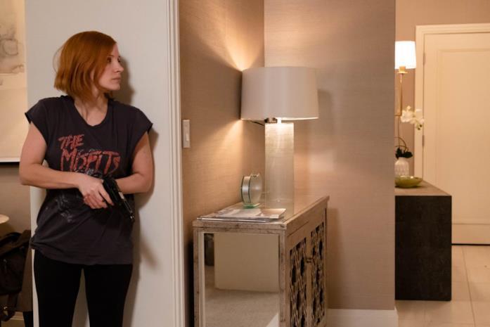 Ava armata nella sua camera d'hotel