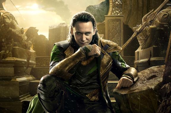 Tom Hiddleston in un'immagine promozionale di Loki