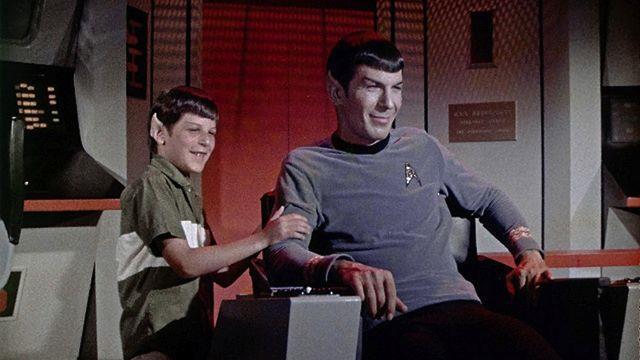 Leonard Nimoy in costume da Spock col giovane figlio Adam sul set di Star Trek