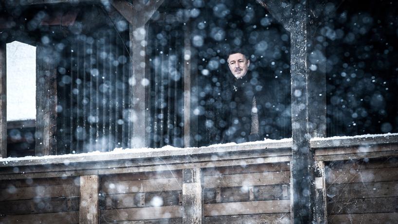Dito Corto osserva da un balcone