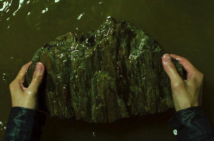 Ki-woo salva la pietra dall'alluvione