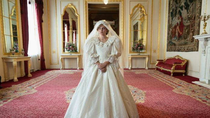 Una scena di Emma Corrin in The Crown 4