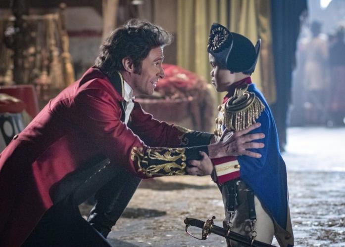 Hugh Jackman con Sam Humphrey in una scena di The Greatest Showman