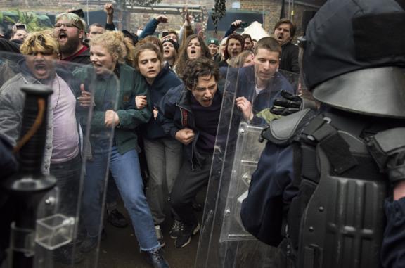 Una scena di proteste del film E domani il mondo intero