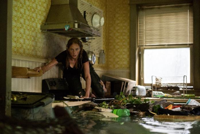 Kaya Scodelario si mette in salvo in una cucina allagata in Crawl