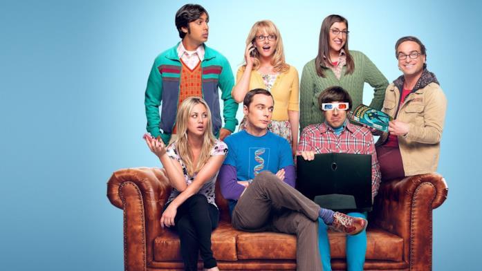 Il cast di The Big Bang Theory attorno a un divano