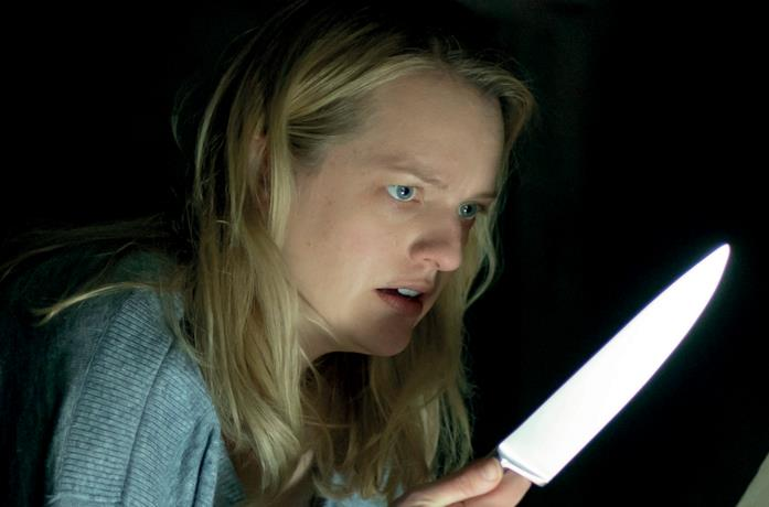 Elisabeth Moss spaventata brandisce un coltello