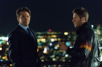 Bradley Cooper e Jake McDorman in una scena della serie Limitless