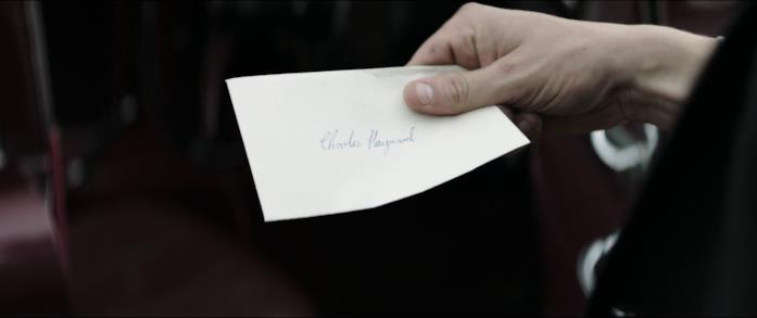Edith lascia a Charles una lettera con il suo nome sui sedili dell'auto dell'investigatore