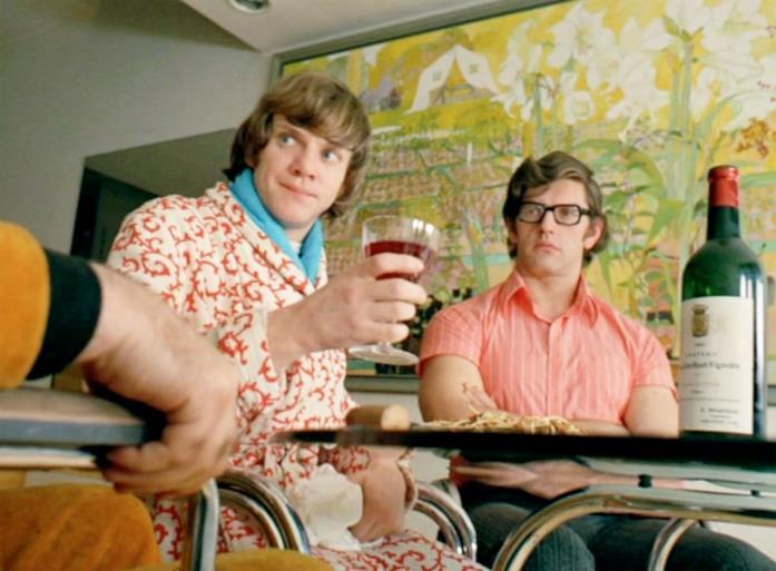 David Prowse siede di fianco a uno dei protagonisti in una scena di Arancia Meccanica
