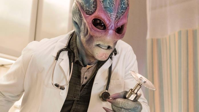 Alan Tudyk e il costume da alieno in Resident Alien
