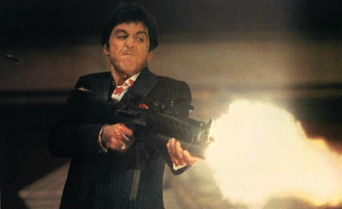 Tony (Al Pacino) spara in una scena di Scarface