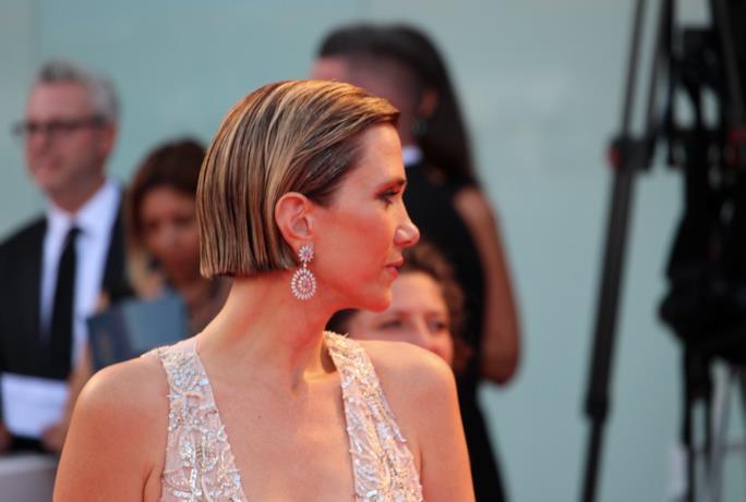 Una foto del profilo di Kristen Wiig sul red carpet di Venezia 74