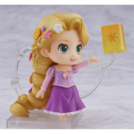 Rapunzel sorride mentre libera la lanterna luminosa