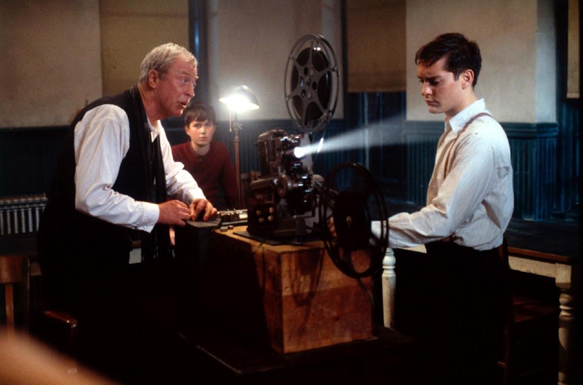 Michael Caine e Tobey Maguire in una scena del film Le regole della casa del sidro