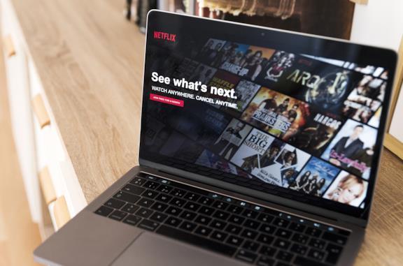 La schermata principale di Netflix sul display di un MacBook