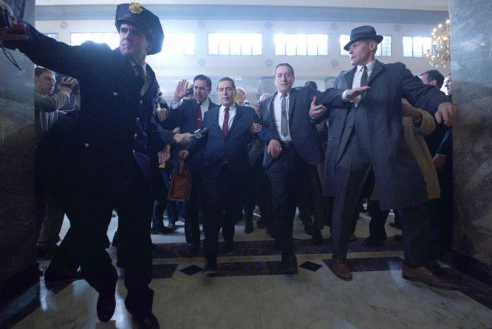 Al Pacino e Robert De Niro mentre si fanno spazio tra la folla, in una scena del film The Irishman