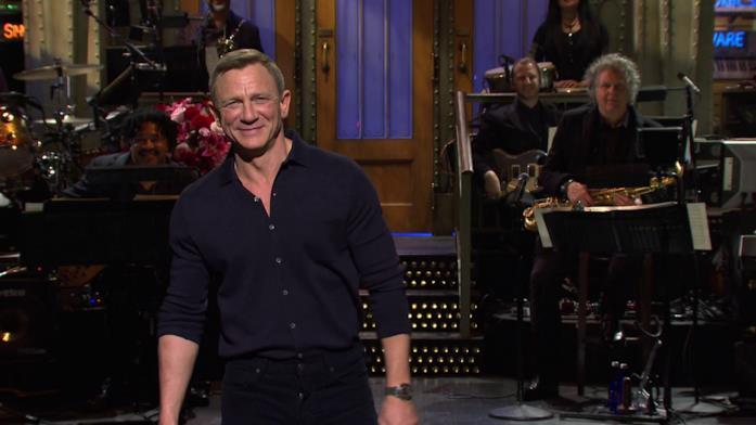 Daniel Craig sorride durante il monologo al Saturday Night Live