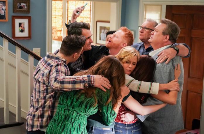 La famiglia si scambia un ultimo caloroso abbraccio