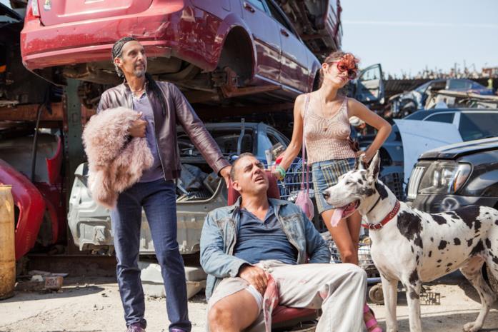 John Turturro, Bobby Cannavale e Audrey Tatou in una discarica con un alano