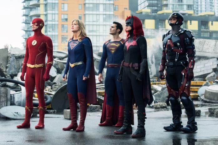 Da sinistra: Flash, Supergirl, Superman, Batwoman e Atom