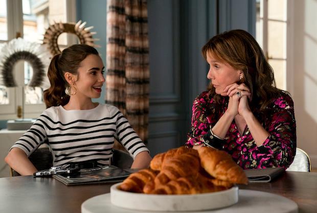 Emily e Sylvie nell'episodio 2x07 di Emily in Paris