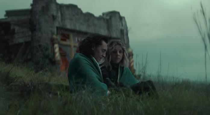 Loki e Sylvie seduti accanto