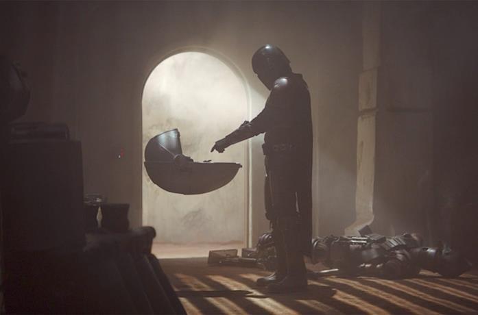 Il primo incontro tra Mando e Baby Yoda in The Mandalorian