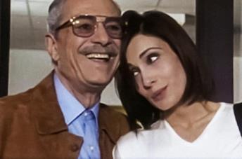 Nino Manfredi e Claudia Koll in una scena della fiction Linda e il brigadiere