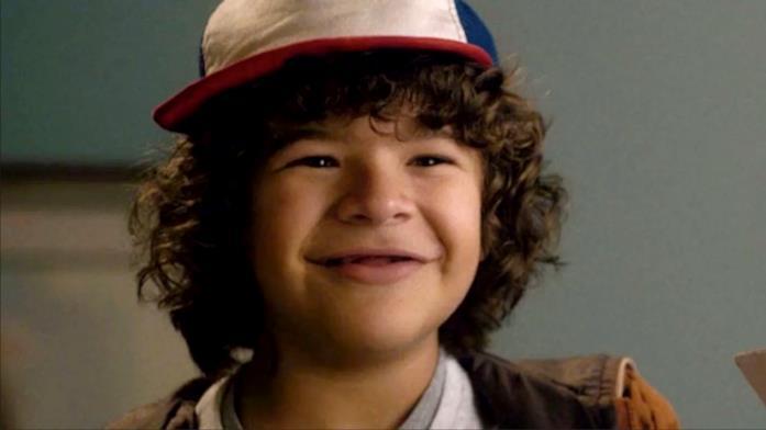 Primo piano di Gaten Matarazzo sorridente col cappello in Stranger Things 1