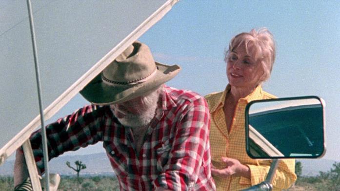 Fred controlla l'olio della macchina della famiglia Carter con Ethel alle proprie spalle
