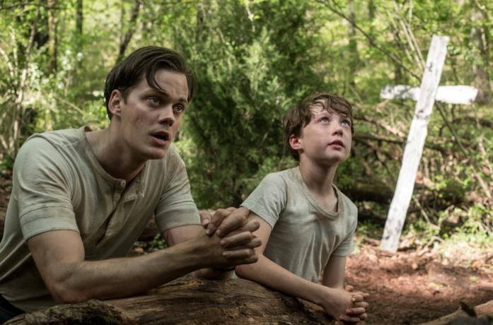 Il protagonista e suo padre pregano nel bosco