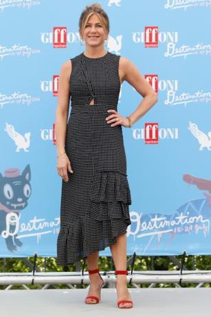 Jennifer Aniston in un morbido vestito a pois al Giffoni Film Fest