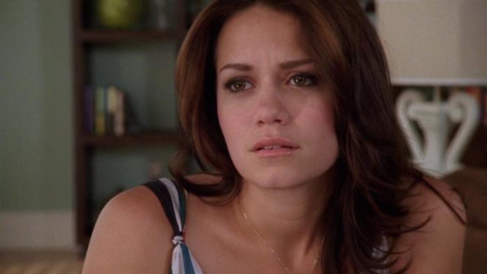 L'attrice Joy Lenz nella tipica espressione di Haley James in One Tree Hill