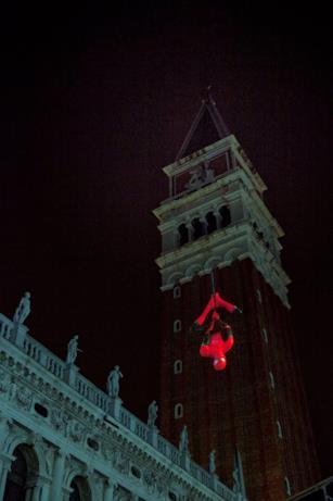 Spidey a testa in giù dal campanile di San Marco