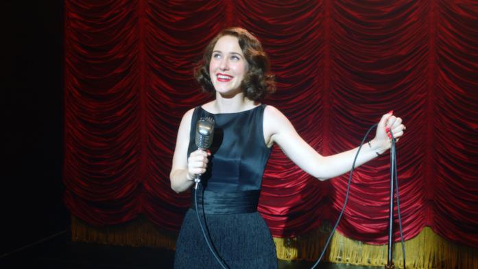 Maisel regge il microfono