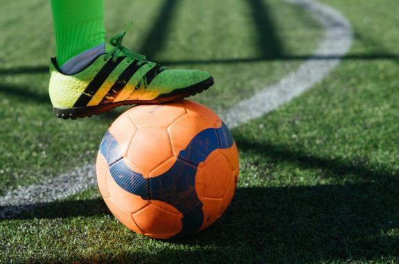 Un calciatore stoppa la palla