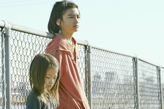 Un Affare di famiglia, la recensione: sì, Hirokazu Kore-eda ha meritato la Palma d'Oro