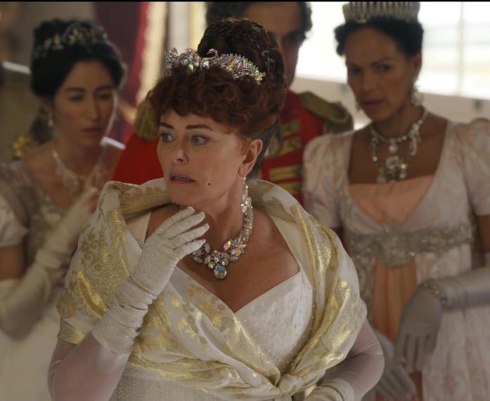 Una scena di un ballo di Bridgerton con i gioielli delle Featherington