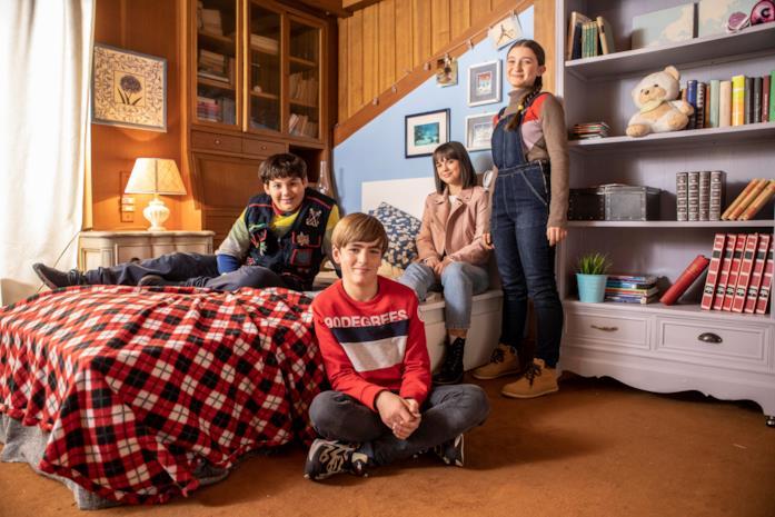 Riccardo, Giulia, Betta e Matteo si trovano nella stessa stanza, mentre fissano lo stesso punto