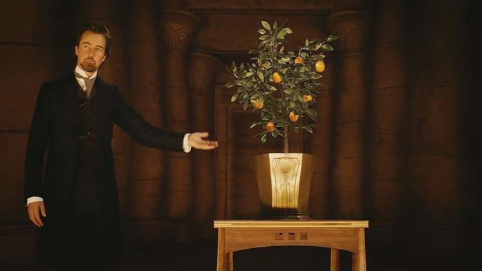 Eduard compie la famosa illusione dell'arancio sul palco durante uno spettacolo