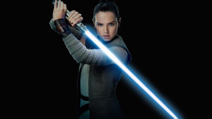 Rey impugna la spada laser