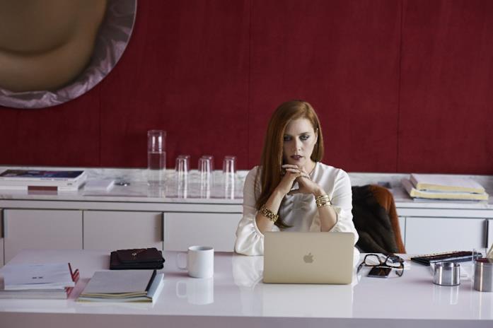 Amy Adams in una scena di Animali Notturni con il suo Mac